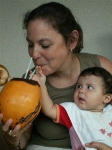 Kokosnoot delen met dochterlief